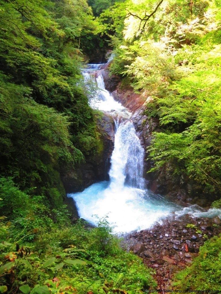 美しくも迫力のある五段の滝