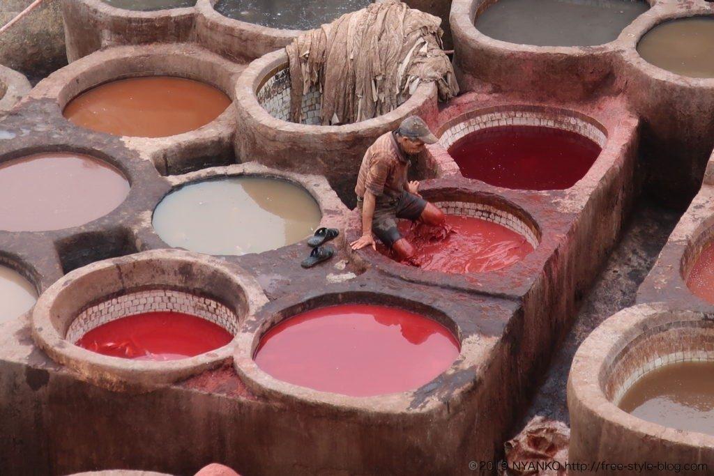 革製品を着色している様子。