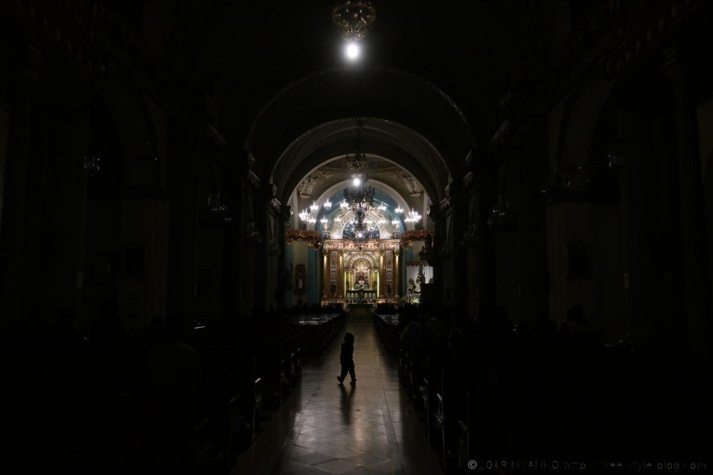 教会内を歩む小人